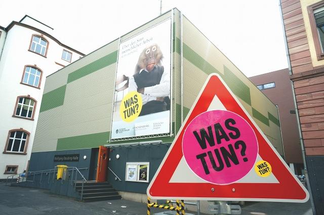Was tun? In der Ausstellungshalle des Senckenbergmuseums. Foto: Tine Nowak
