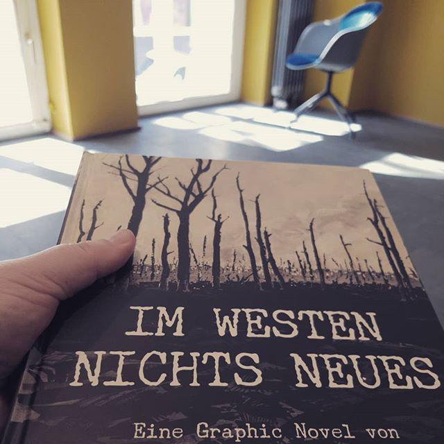 """Sonderausstellung mit den Illustrationen von Peter Rückmeyer der Graphik Novel zu Remarques """"Im Westen nicht Neues"""" (mit Leseecke und Buchregal mit div. anderen Graphik Novels)"""